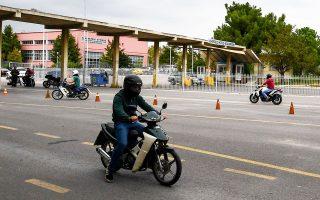 «Είναι στατιστικά επιβεβαιωμένο ότι οι χρήστες ελαφρών μηχανών που διαθέτουν άδεια οδήγησης αυτοκινήτου εμπλέκονται σε τρεις φορές λιγότερα ατυχήματα από όσους διαθέτουν μόνο δίπλωμα δικύκλου», αναφέρει ο υφυπουργός Υποδομών και Μεταφορών (φωτ. INTIME NEWS).