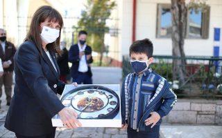 Με τον οκτάχρονο Σεραφείμ Κερασιώτη και το δώρο του. ΦΩΤΟΓΡΑΦΙΕΣ ΘΟΔΩΡΗΣ ΜΑΝΩΛΟΠΟΥΛΟΣ.