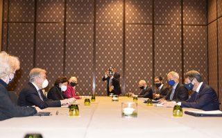 Με τον Κύπριο πρόεδρο Νίκο Αναστασιάδη και τον Τουρκοκύπριο ηγέτη Ερσίν Τατάρ να προσέρχονται με διαφορετικές αφετηρίες και χαμηλά τον πήχυ των προσδοκιών, άρχισε χθες στη Γενεύη η άτυπη πενταμερής σύνοδος για το Κυπριακό. Στόχος, να διακριβωθεί εάν υπάρχει περιθώριο για έναρξη μιας νέας διαδικασίας επίλυσης. Ο γ.γ. του ΟΗΕ Αντόνιο Γκουτέρες, αριστερά, συνομιλεί με τον κ. Αναστασιάδη απέναντί του (φωτ. ΑΠΕ-ΜΠΕ / ΡΙΟ / ΣΤΑΥΡΟΣ ΙΩΑΝΝΙΔΗΣ).