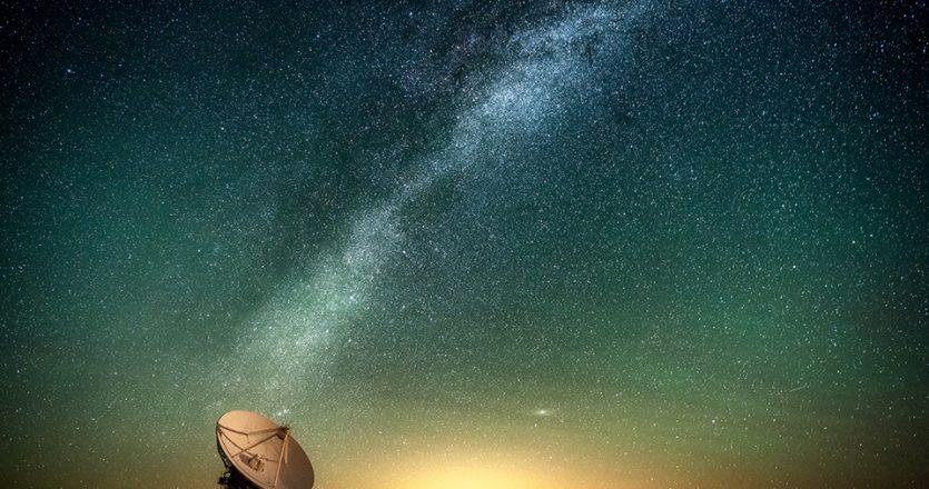 Σπείρα του Γαλαξία πάνω από ραδιοτηλεσκόπιο στο αστεροσκοπείο Karl G. Jansky στο Νέο Μεξικό των ΗΠΑ. (Φωτ. DIANA ROBINSON)