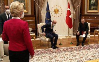 Αλγεινές εντυπώσεις άφησε το εικονιζόμενο στιγμιότυπο στο προεδρικό μέγαρο στην Τουρκία, όπου η πρόεδρος της Κομισιόν Ούρσουλα φον ντερ Λάιεν, εμφανώς αμήχανη, έμεινε όρθια, ενώ οι άνδρες συνομιλητές της, Ρετζέπ Ταγίπ Ερντογάν και Σαρλ Μισέλ, έσπευσαν να καθίσουν πρώτοι.