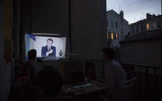 Με έκτακτο τηλεοπτικό διάγγελμα, ο Εμανουέλ Μακρόν ανακοινώνει την αυστηροποίηση του lockdown σε όλη την Γαλλία για έναν μήνα. (Φωτ. AP Photo/Daniel Cole)