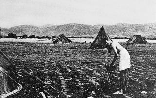 Πρωινό ξύρισμα για τον ανθυποσμηναγό Ρόαλντ Νταλ στο πρόχειρο στρατόπεδο της RAF, κάπου στην Ελευσίνα, τον Απρίλιο του 1941.