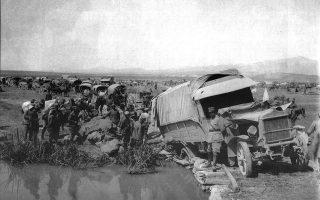 «Ενα καμιόνι έσπασε τη γέφυρα του Σαγγάριου, του μεγάλου ποταμού που δημιούργησε τόσο πολλές δυσκολίες στην ελληνική στρατιά στην καταδίωξη των κεμαλικών. Η φωτογραφία τραβήχτηκε κατά τη διέλευση της στρατιάς, που έκανε μια μεγάλη κυκλική κίνηση με πορεία 100 έως 150 χιλιομέτρων». Από το ιστορικό-φωτογραφικό λεύκωμα του Henri-Paul Boissonnas, γόνου Ελβετών φιλελλήνων, «Μικρά Ασία 1921», εκδοτική σύμπραξη του Μουσείου Μπενάκη και του Ιδρύματος Μείζονος Ελληνισμού. Εκατό χρόνια μετά την αφετηρία της εθνικής παλιγγενεσίας το υφάδι της Ιστορίας, μετά ένα διάστημα ανάτασης, νικών και προσδοκιών, θα ξετύλιγε με ρυθμό καταιγιστικό τη μεγαλύτερη τραγωδία των νεότερων χρόνων. Ετσι, το 2022 προβάλλει κι αυτό ως ένα έτος μαζικού αναστοχασμού, με εξίσου πλούσιο υλικό αλλά από σελίδες ασήκωτες κι ανήλιαγες.