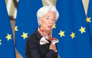 Η επικεφαλής της ΕΚΤ, κατά τη συνέντευξή της στο Bloomberg, δήλωσε ότι ευελπιστεί η νομική πρόκληση που έθεσε η Γερμανία στο Ταμείο Ανάκαμψης να επιλυθεί γρήγορα και οι πόροι του Ταμείου Ανάκαμψης να διατεθούν από το β΄ εξάμηνο του έτους, έτσι ώστε η Ευρωζώνη να έχει την απαραίτητη δημοσιονομική στήριξη μαζί με τη «δεδομένη» νομισματική στήριξη (φωτ. A.P.).