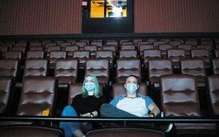 Οι αίθουσες ανά τον κόσμο ανοίγουν, φυσικά με περιορισμούς ως προς την πληρότητα και με τη χρήση μάσκας.