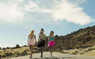 Οι τρεις απροσδόκητες πρωταγωνίστριες του εξτραβαγκάν «Sky Rojo» σηκώνουν την ηλιόλουστη Τενερίφη στο πόδι με ένα τρομερό κυνηγητό.