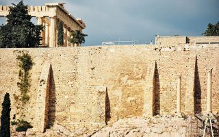 Πόρους 8 εκατ. ευρώ διεκδικεί το ΥΠΠΟΑ για έργα αποκατάστασης του Παρθενώνα και των τειχών της Ακρόπολης και 24 εκατ. ευρώ για την προστασία μνημείων από την κλιματική αλλαγή.