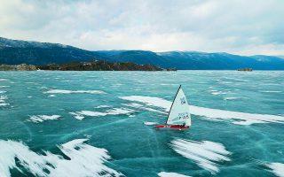 H παγωμένη Βαϊκάλη, η βαθύτερη λίμνη του κόσμου. Η επιστημονική επιχείρηση λαμβάνει χώρα περίπου τρία χλμ. μακριά από τη νότια ακτή της, στη Σιβηρία. Φωτ. REUTERS
