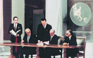 Ζάππειο, 28 Μαΐου 1979. Ο Κωνσταντίνος Καραμανλής υπογράφει την ιστορική συμφωνία ένταξης της Ελλάδας στην ΕΟΚ. Δεξιά του, ο υπ. Εξωτερικών Γεώργιος Ράλλης και αριστερά του ο υπουργός για θέματα ΕΟΚ Γιώργος Κοντογεώργης. Η μετέπειτα πορεία της χώρας δικαίωσε τις επιλογές του Καραμανλή.