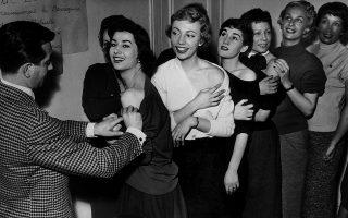 Φωτομοντέλα περιμένουν να κάνουν το εμβόλιο της πολιομυελίτιδας, στο Παρίσι του 1955. Σήμερα κάθε εμβολιασμός είναι ευκαιρία για φωτογράφιση, αν κρίνει κανείς από την πληθώρα σέλφι που κατακλύζουν τα κοινωνικά δίκτυα (φωτ. NYT / FPG / Hulton Archive, via Getty Images).