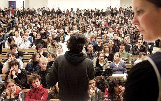 Οι νέοι απόφοιτοι που προσπαθούν να εισέλθουν στην αγορά εργασίας αποτελούν μία από τις περισσότερο πληττόμενες ομάδες την περίοδο του κορωνοϊού (φωτ. A.P.).
