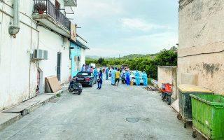 Αλλοδαποί εργάτες γης εξετάζονται από υγειονομικά κλιμάκια στον Ευρώτα, τον περασμένο Σεπτέμβριο. Χάρη στην έγκαιρη επέμβαση των αρχών, η διασπορά του ιού περιορίστηκε χωρίς η περιοχή να τεθεί σε lockdown.