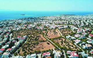 Οι επενδυτές, επιχειρώντας να χρησιμοποιήσουν το «παράθυρο» του Enterprise Greece για ένταξη του οικοδομικού έργου στις διευκολύνσεις για τις στρατηγικές επενδύσεις, προσπαθούν να παρακάμψουν τους πολεοδομικούς όρους που θέτει ο δήμος για τη διασφάλιση των απαιτούμενων ελεύθερων χώρων πρασίνου και τα περιθώρια δόμησης.