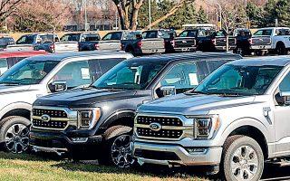 Η συνεχιζόμενη ανεπάρκεια ημιαγωγών υποχρεώνει τις αμερικανικές εταιρείες να περιορίσουν προσωρινά την παραγωγική τους δραστηριότητα, εξ ου και την περασμένη εβδομάδα η Stellantis είπε πως θα κλείσει τα μισά από τα εργοστάσιά της στη Βόρεια Αμερική και η Ford δήλωσε την Τετάρτη ότι αναγκάζεται να παύσει τη λειτουργία δύο μονάδων (φωτ. REUTERS).