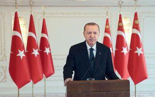 Ο Ταγίπ Ερντογάν υποστήριξε πως με παρόμοιες ανακοινώσεις και απειλές, όπως αυτή των απόστρατων ναυάρχων, είχαν γίνει τα στρατιωτικά πραξικοπήματα του 1960, του 1971 και του 1980 και υπενθύμισε πως η απόπειρα πραξικοπήματος του 2016 απέτυχε λόγω της αντίστασης του τουρκικού λαού (φωτ. TURKISH PRESIDENCY VIA A.P., POOL).