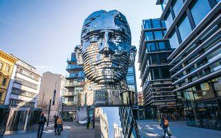 Αγαλμα του Φραντς Κάφκα από τον Ντέιβιντ Τσέρνι στο κέντρο της Πράγας. (Φωτ. SHUTTERSTOCK)