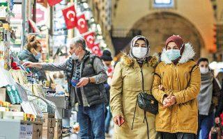 Τούρκοι οικονομολόγοι τάσσονται υπέρ της αύξησης των επιτοκίων προκειμένου να σταθεροποιηθούν οι τιμές, παρεμβάσεις πάντως που δεν φαίνεται να συγκινούν τον πρόεδρο Ερντογάν (φωτ. EPA).