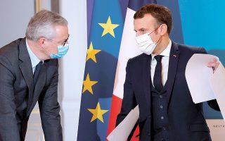 Ο Μπρινό Λε Μερ δήλωσε πως «ανησυχεί βαθιά» για την καθυστέρηση που παρατηρείται στο σχέδιο των 750 δισ. ευρώ, επισημαίνοντας πως κάτι τέτοιο μπορεί να θέσει σε κίνδυνο την επιστροφή στην ανάπτυξη, ενώ ο Γάλλος πρόεδρος έχει παρακινήσει τους ηγέτες των ευρωπαϊκών κρατών να λάβουν υπόψη τους και νέα μέτρα στήριξης (φωτ. AP).