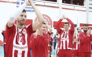 Ο Ολυμπιακός επέστρεψε στην κορυφή του ελληνικού πρωταθλήματος βόλεϊ εκμεταλλευόμενος και το «στραβοπάτημα» του Φοίνικα Σύρου. Χθες, πάντως, οι «ερυθρόλευκοι» ηττήθηκαν από τον ΠΑΟΚ με 3-2 (φωτ. INTIMENEWS).