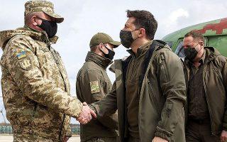 Ο Ουκρανός πρόεδρος Βολοντίμιρ Ζελένσκι επισκέφθηκε, χθες, περιοχές της ανατολικής Ουκρανίας, κοντά στη γραμμή του μετώπου, για να επιθεωρήσει επί τόπου την κατάσταση που έχει διαμορφωθεί.