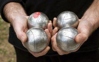 Οι διάσημες σιδερένιες μπάλες του παιχνιδιού (φωτογραφίες NIKOS KOKKALIAS).