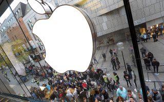 Tον Αύγουστο του 2016 η Ευρωπαϊκή Επιτροπή έδωσε εντολή στην Apple να καταβάλει στο ιρλανδικό κράτος το ποσό των 13 δισ. ευρώ. Επρόκειτο για μη καταβληθέντες φόρους που είχε αποφύγει επί χρόνια ο κολοσσός των υπολογιστών μέσα από ειδικές συμφωνίες με το Δουβλίνο (φωτ. A.P. Photo / Matthias Schrader, File).
