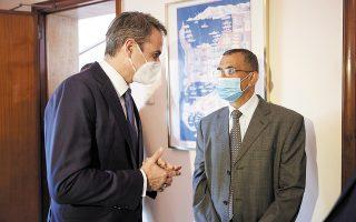 Ο Κυριάκος Μητσοτάκης με τον Αμπετ, στην ελληνική πρεσβεία στην Τρίπολη.