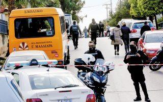 Αστυνομικοί έχουν αποκλείσει τον δρόμο έξω από το σπίτι του Γιώργου Καραϊβάζ στον Αλιμο, μετά τη δολοφονία του. Οι πρώτες εκτιμήσεις μιλούν για «συμβόλαιο θανάτου» του γνωστού ρεπόρτερ και αναζητούν τα κίνητρα σε υποθέσεις που ερευνούσε δημοσιογραφικά.
