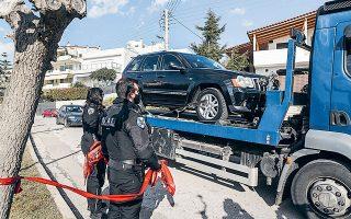 Ο φόνος του Γιώργου Καραϊβάζ έγινε χθες στις 2.30 το μεσημέρι κοντά στην είσοδο του σπιτιού του, στον Αλιμο, μόλις αποβιβάστηκε από το αυτοκίνητό του (φωτ. INTIME NEWS).