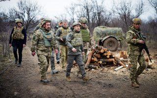 Ο πρόεδρος Βολοντίμιρ Ζελένσκι (στο κέντρο της φωτ.) επισκέφθηκε, ντυμένος ανάλογα, θέσεις του ουκρανικού στρατού στο Ντονμπάς. (Φωτ. Ukrainian Presidential Press Service / REUTERS)