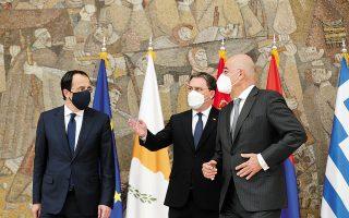 Oι υπουργοί Εξωτερικών της Κύπρου Νίκος Χριστοδουλίδης, της Σερβίας Νίκολα Σελάκοβιτς και της Ελλάδας Νίκος Δένδιας την περασμένη Δευτέρα στο Βελιγράδι, όπου πραγματοποιήθηκε η πρώτη τριμερής Ελλάδας - Κύπρου - Σερβίας. (Φωτ. EPA / ANDREJ CUKIC)