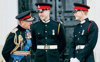 Η κηδεία του πρίγκιπα Φιλίππου δίνει την ευκαιρία στα δύο εγγόνια του, τον πρίγκιπα Ουίλιαμ και τον αδελφό του Χάρι, να ξεπεράσουν τη διχόνοια. «Eνας εκπληκτικός άνθρωπος από μια εκπληκτική γενιά». Με αυτά τα λόγια περιέγραψε ο πρίγκιπας Ουίλιαμ τον αγαπημένο του παππού, ο οποίος απεβίωσε την Παρασκευή σε ηλικία 99 ετών. «Μάγο του μπάρμπεκιου, του χαζολογήματος και του πνεύματος» αποκάλεσε από την πλευρά του τον Φίλιππο ο Χάρι, ο οποίος ταξίδεψε από τις ΗΠΑ στη Βρετανία χωρίς την έγκυο σύζυγό του Μέγκαν. (φωτ. A.P. Photo / Lefteris Pitarakis).