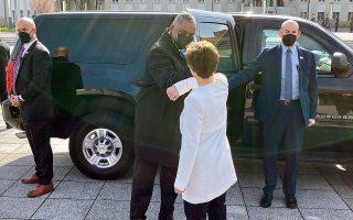 O υπουργός Αμυνας των ΗΠΑ, Λόιντ Οστιν, συναντήθηκε με τη Γερμανίδα ομόλογό του, Ανεγκρετ Κραμπ-Καρενμπάουερ, στο πλαίσιο της πρώτης περιοδείας του στην Ευρώπη μετά την ανάληψη των καθηκόντων του τον Ιανουάριο (φωτ. A.P. Photos/Robert Burns).