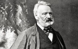 «Θα γίνω Σατωβριάνδος ή τίποτα». Δείγματα αυτοπεποίθησης και πίστης στο χάρισμα που του δωρήθηκε, ο Βίκτωρ Ουγκώ (1802-1885) έδειξε από την εφηβεία του. Λίγα χρόνια αργότερα ο κορυφαίος της εποχής λογοτέχνης θα ανταποδώσει λέγοντας για τον νεαρό, γιο στρατηγού, φιλόδοξο ομότεχνό του ότι δια-βλέπει «μία εξαιρετική φυσιογνωμία». Πολλά έργα του βρέθηκαν στη «μαύρη βίβλο» του Βατικανού, αλλά δεν ήταν μόνον αυτός ο λόγος που εξέφραζε με σθένος απόψεις κατά της κορυφής του Ιερατείου. Συνεπής στον φιλελληνισμό του, ο οποίος αποτυπώνεται κυρίως σε ποιήματα, επέδρασε καταλυτικά στο κύμα συμπάθειας προς τους επαναστατημένους. Αν ο Ουγκώ αποφάσιζε αντί συγγραφέας να γίνει ζωγράφος, η φήμη του θα ξεπερνούσε όλους τους καλλιτέχνες του αιώνα, είχε πει ο Ευγένιος Ντελακρουά με θαυμασμό και υπόρρητη ανακούφιση.
