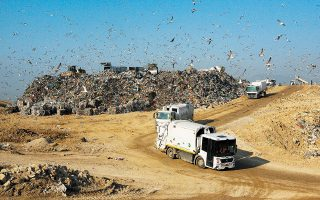 Στην Αττική παράγονται κάθε χρόνο 2,2 εκατ. τόνοι απορριμμάτων, εκ των οποίων το 77% θάβεται στον ΧΥΤΑ Φυλής (φωτ. INTIME NEWS).
