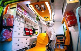 Στα κεντρικά του ΕΚΑΒ Αθήνας οι καθαριστές απολυμαίνουν αδιάκοπα τα ασθενοφόρα που επιστρέφουν μετά τη διακομιδή ύποπτων και επιβεβαιωμένων κρουσμάτων της COVID-19. Ψεκάζεται και σκουπίζεται κάθε επιφάνεια στην καμπίνα. Φωτ. ΑΛΕΞΙΑ ΤΣΑΓΚΑΡΗ
