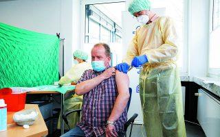 Είναι ασφαλή τα εμβόλια; Στη Βρετανία έχουν καταγραφεί θάνατοι, 1.860/εκατομμύριο από COVID και 1/εκατομμύριο από το εμβόλιο. Φωτ. ASSOCIATED PRESS