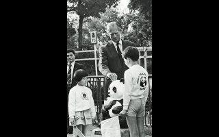 Τόκιο, 1982. Ο πρίγκιπας Φίλιππος ενισχύει μια καμπάνια του WWF, πρόεδρος του οποίου ανέλαβε το 1960.