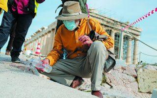 Πίσω από τη μάσκα και κάτω από το καπέλο κρύβεται το πρόσωπο του Μανόλη Κορρέ. Το όνομά του έχει ταυτισθεί με την αναστήλωση της Ακρόπολης διεθνώς. Οι επιθέσεις που δέχθηκε τελευταία, μας βοηθούν να αντιληφθούμε ακόμη καλύτερα τη σημασία του έργου του.  Φωτ. ΑΠΕ-ΜΠΕ / ΚΩΣΤΑΣ ΤΣΙΡΩΝΗΣ