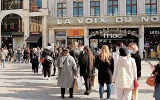 Οικονομολόγοι της Deutsche Bank εκτιμούν πως μια αύξηση της ζήτησης θα μπορούσε να προσθέσει φέτος περίπου μία εκατοστιαία μονάδα στον ρυθμό ανάπτυξης. Στη φωτογραφία, ουρά καταναλωτών στη Λιλ της Γαλλίας λίγο πριν από το νέο lockdown (φωτ. AP).