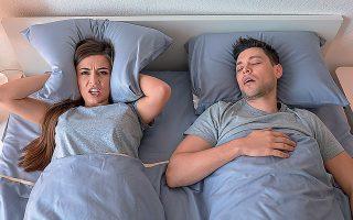 Tο σύνδρομο άπνοιας στον ύπνο χαρακτηρίζεται από επαναλαμβανόμενες διακοπές της αναπνοής, μειωμένη οξυγόνωση και συνεχείς αφυπνίσεις, που συνήθως δεν γίνονται αντιληπτές από τους ασθενείς.