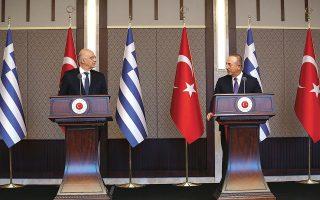 Οι υπουργοί Εξωτερικών Ελλάδας και Τουρκίας, Νίκος Δένδιας και Μεβλούτ Τσαβούσογλου, κατά τη διάρκεια της χθεσινής συνέντευξης Τύπου στην Αγκυρα, που κατέληξε σε ευρεία αντιπαράθεση επί των ελληνοτουρκικών θεμάτων (φωτ. EPA / TURKISH FOREIGN MINISTRY PRESS OFFICE).