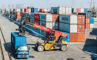 Η ανάκαμψη αποδίδεται κυρίως στις εξαγωγές, καθώς τα εργοστάσια στην Κίνα έπρεπε να καλύψουν την αυξημένη ζήτηση από τις υπόλοιπες χώρες, με αποτέλεσμα η βιομηχανική παραγωγή να αυξηθεί έως 14,1% σε σύγκριση με τη χρονιά που προηγήθηκε (φωτ. AP).