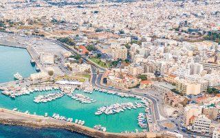 Tο Ηράκλειο αποτελεί την ακριβότερη πόλη της Κρήτης όσον αφορά τις τιμές των κατοικιών, κυρίως λόγω του ότι αποτελεί πύλη εισόδου και το κυριότερο αυτοδιοικητικό κέντρο του νησιού (φωτ. Shutterstock).
