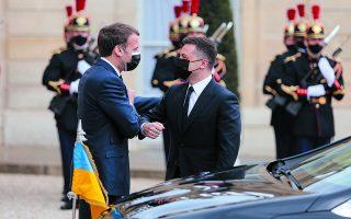 Ο Ουκρανός πρόεδρος Βολοντίμιρ Ζελένσκι βρέθηκε την Παρασκευή στο Παρίσι, όπου συναντήθηκε με τον Εμανουέλ Μακρόν, σε μια προσπάθεια να επανεκκινήσει τις συνομιλίες για ειρηνική διευθέτηση του προβλήματος.  Φωτ. A.P. Photo / Lewis Joly