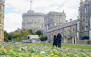 Με όλες τις τιμές που προσήκουν σε έναν ανώτατο στρατιωτικό και στον σύζυγο της βασίλισσας της Βρετανίας, κηδεύεται σήμερα, από το παρεκκλήσιο του Αγίου Γεωργίου, στο κάστρο του Ουίνδσορ, ο δούκας του Εδιμβούργου, πρίγκιπας Φίλιππος, ο οποίος απεβίωσε σε ηλικία 99 ετών την Παρασκευή 9 Απριλίου. Η τελετή, παρά την αναμφίβολη μεγαλοπρέπειά της, προσαρμόστηκε στις επιταγές της πανδημίας (Steve Parsons / PA Wire / Pool via REUTERS).