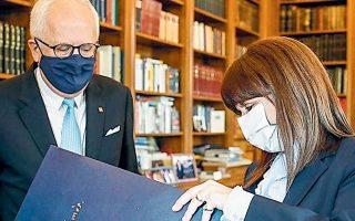 Ο πρόεδρος του ομίλου της Τράπεζας Πειραιώς Γ. Χαντζηνικολάου με την κ. Σακελλαροπούλου.