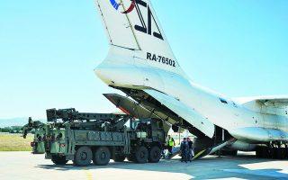 Τμήμα των S-400 μεταφέρεται από ρωσικό μεταγωγικό στην Τουρκία. Η Αγκυρα στρέφεται προς τη Μόσχα, αγοράζοντας οπλικά συστήματα, όχι μόνο για να αποκομίσει κατά περίπτωση οφέλη, αλλά με απώτερο σκοπό να την εγκαταλείψει έναντι της καταβολής πανάκριβου, και σωτήριου για το καθεστώς Ερντογάν, στρατηγικού ενοικίου από τις ΗΠΑ. Φωτ. A.P.