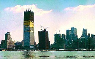 Φωτογραφία των υπό ανέγερση Δίδυμων Πύργων το 1971. Η κατασκευή τους ολοκληρώθηκε δύο χρόνια αργότερα. Η κατάρρευσή τους το 2001 αποτέλεσε κομβικό γεγονός για τη ζωή στη Νέα Υόρκη. Φωτ. SHUTTERSTOCK